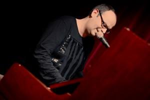 Eröffnete den Abend am Klavier: alex sebastian